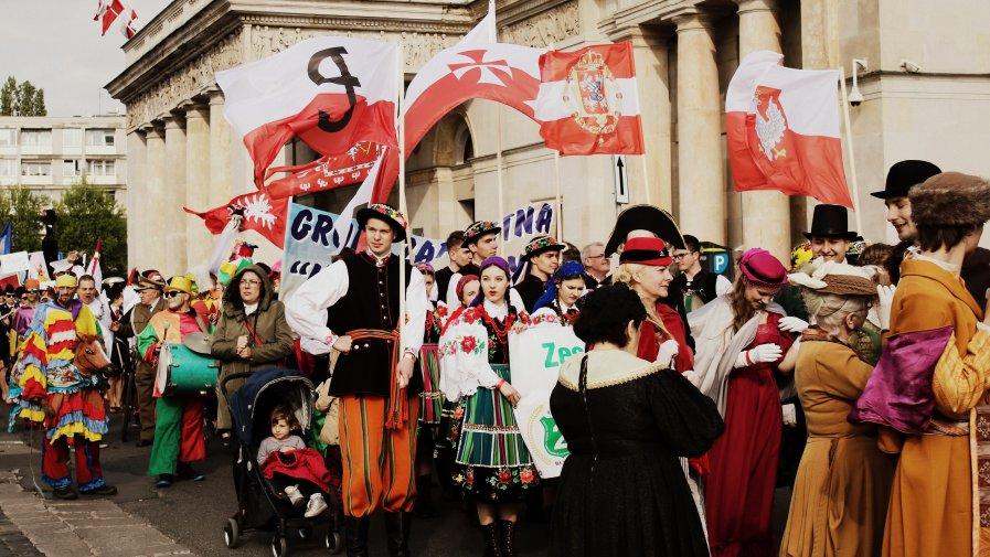 2-go maja ulicami Warszawy przeszedł Biało-Czerwony Korowód. O 17.00 wyruszył z pl. Teatralnego i ulicami Senatorską, Miodową, Krakowskim Przedmieściem.