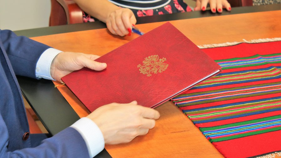 Zarząd Powiatu Opoczyńskiego podpisał umowę partnerką z Zakładem Ubezpieczeń Społecznych w Tomaszowie Mazowieckim . Celem porozumienia jest wspieranie przedsiębiorczości oraz propagowanie wiedzy na temat ubezpieczeń społecznych.