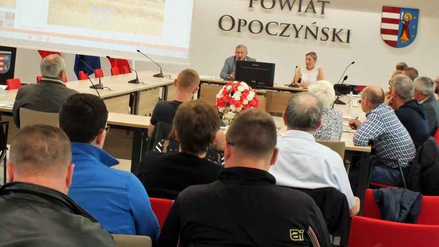 W Starostwie Powiatowym w Opocznie odbyło się szkolenie dla rolników na temat regeneracji środowiskowej gleb poprzez wapnowanie z dofinansowaniem w ramach pomocy de minimis w rolnictwie.