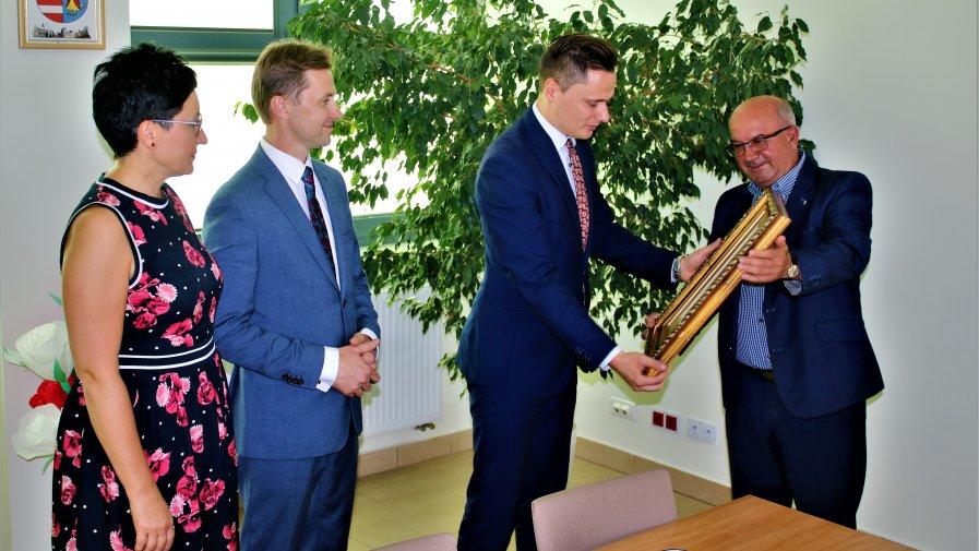 W Starostwie Powiatowym odbyło się wyjątkowe spotkanie. Gościem Zarządu na Kwiatowej 1A, był Pan Wicewojewoda Łódzki Krzysztof Ciecióra.