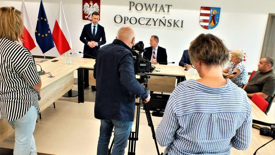 Istnieje możliwość wprowadzenie strefy żółtej w powiecie przysuskim, który bezpośrednio graniczy z powiatem opoczyńskim. Dlatego cały czas monitoruje sytuację- powiedział podczas konferencji Starosta Opoczyński Marcin Baranowski.