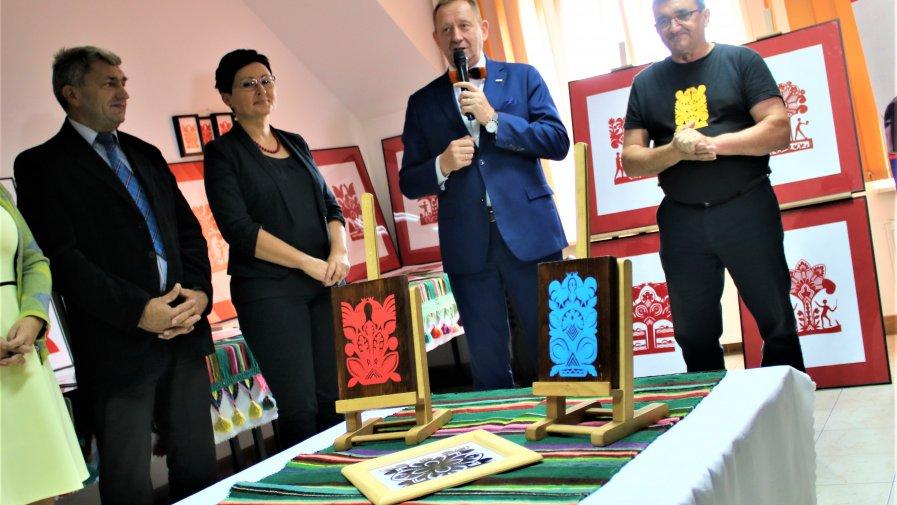 Wystawa wycinanek miała swoją premierę w biurze poselskim Posła na Sejm RP Roberta Telusa. Na spotkanie z autorem przybyli goście oraz fani artysty.