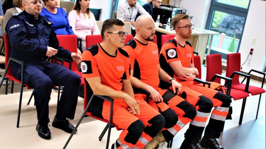 Opoczyńscy ratownicy medyczni, którzy dwa tygodnie temu zdobyli w Legnicy wicemistrzostwo Polski odebrali gratulacje oraz prezenty w dowód uznania.
