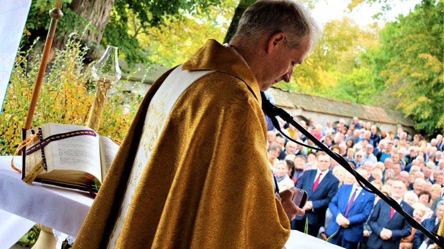 W tym roku sumie odpustowej o godz. 11:30 w kaplicy polowej przewodniczył ks. dr Dariusz Raś - infułat archidiecezji krakowskiej, archiprezbiter kościoła Mariackiego. Pielgrzymi z całego regionu przybywali do sanktuarium już od soboty.