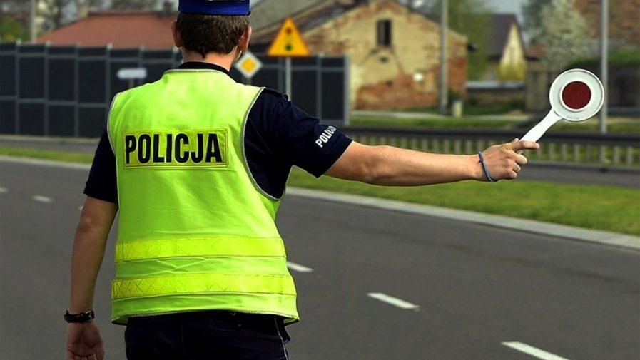 """Według nowych przepisów, które weszły w życie z dniem 7 listopada 2019 roku:  """"dopuszcza się postój pojazdu policyjnego w miejscu, gdzie jest to zabronione, lecz nie zagraża bezpieczeństwu ruchu drogowego""""."""