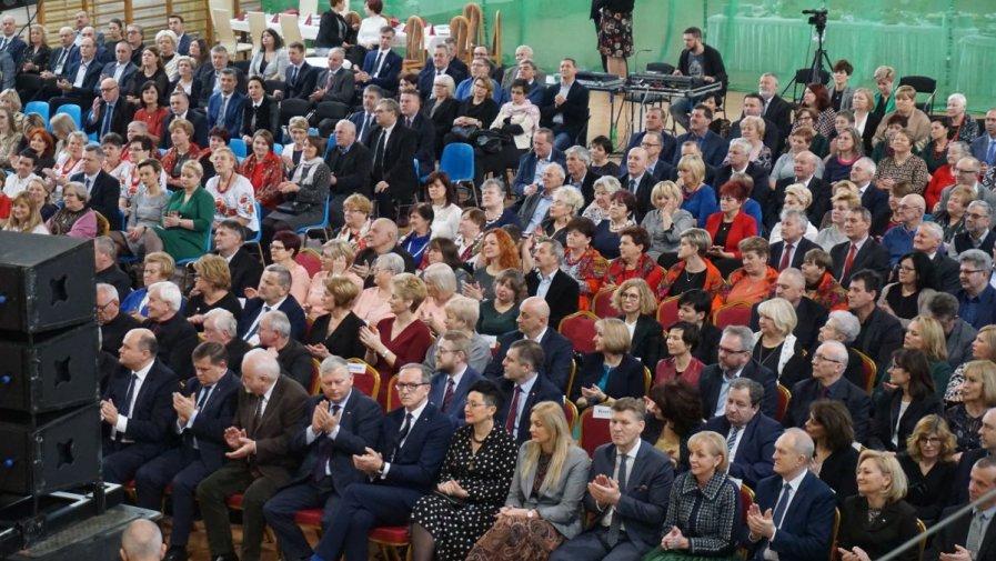 Ordynariusz Radomski Bp Henryk Tomasik, podziękował samorządowcom z regionu za obronę fundamentu naszego społeczeństwa jakim jest rodzina. Stało się to w trakcie noworocznego spotkania, 20 stycznia w Przysusze.