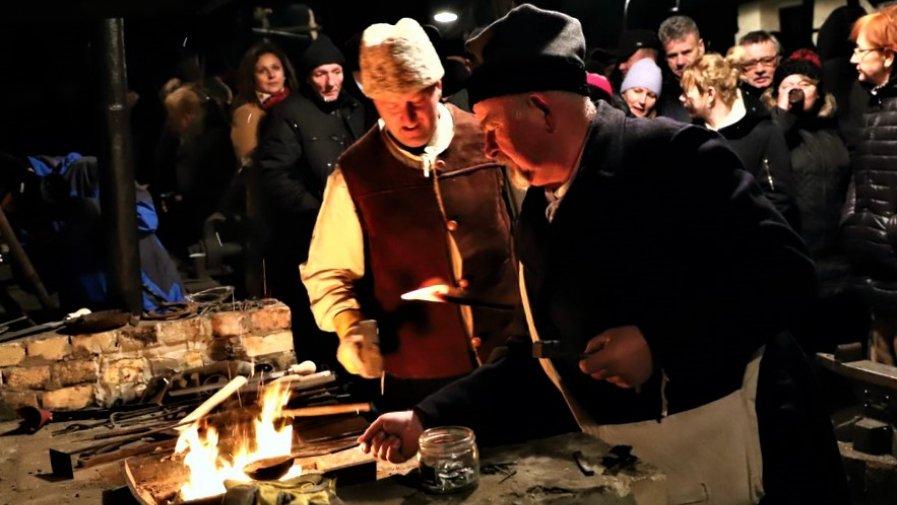 Goście, mieli okazję zobaczyć, jak 157 lat temu przygotowywano się do tego patriotycznego zrywu. Stroje z epoki, zabytkowe uzbrojenie i przygotowana inscenizacja. Honorowy Patronat nad wydarzeniem objął Starosta Opoczyński Marcin Baranowski.