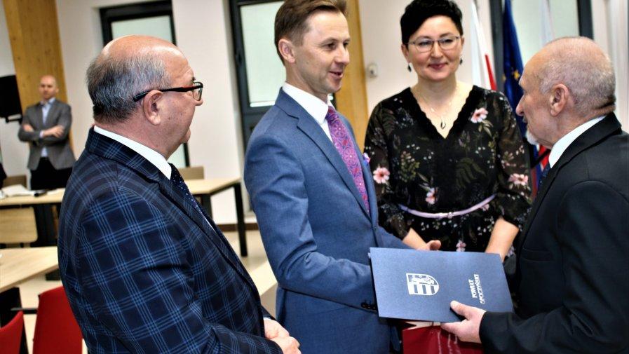 Nagroda za osiągnięcia w dziedzinie kultury przyznawana jest przez Powiat Opoczyński od wielu lat. Dotychczas decyzję o jej przyznaniu podejmowała kapituła złożona z laureatów nagrody. W tym roku po raz pierwszy było inaczej.