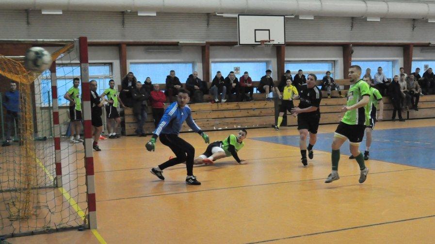 Halowe rozgrywki odbywają się w Opocznie już od wielu lat i cieszą się bardzo dużym zainteresowaniem piłkarzy. W tegorocznej edycji ligi wzięło udział 37 drużyn- to ponad ponad pół tysiąca zawodników.