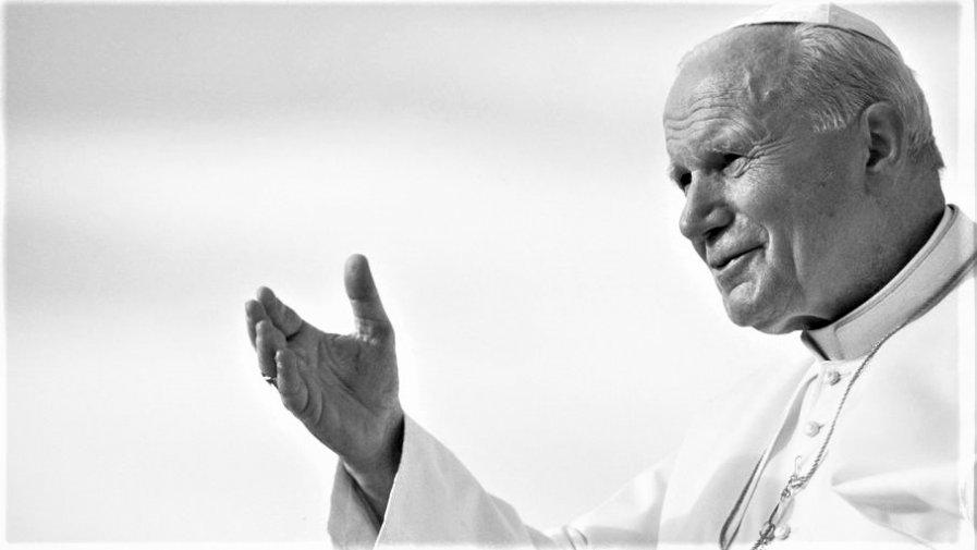 Ojciec Święty gościł na Ziemi Opoczyńskiej oraz w Diecezji Radomskiej. Przypominamy niektóre wydarzenia, które wyjątkowo mocno wpłynęły na historię naszego regionu.