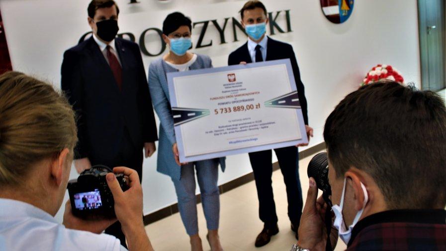 Wojewoda Łódzki wręczył w czasie wizyty w Starostwie Powiatowym czeki z dotacjami na budowę dróg z Funduszu Dróg Samorządowych.