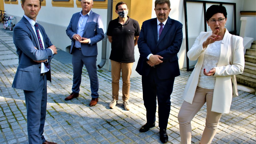 Powiatowe Centrum Kształcenia Zawodowego i Ustawicznego oraz Dom Dziecka w Mroczkowie Gościnnym odwiedził Grzegorz Schreiber - Marszałek Województwa Łódzkiego.