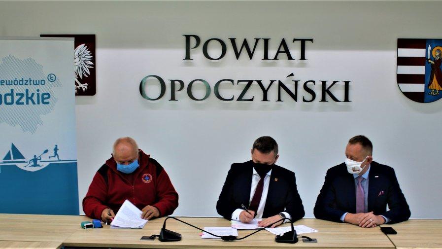 Dziś w obecności Wicemarszałka Województwa Łódzkiego Zbigniewa Ziemby podpisano na Kwiatowej umowę dzięki której do jednostek trafi blisko 400 tyś zł.