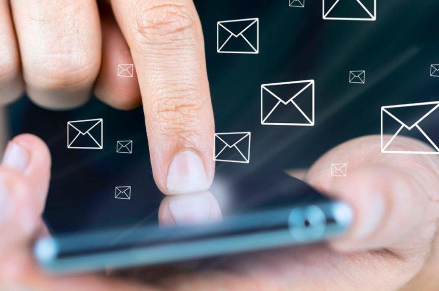 """Ostrzegamy przed fałszywymi SMS-ami nt. zatrzymanej paczki przez """"służby celne"""""""